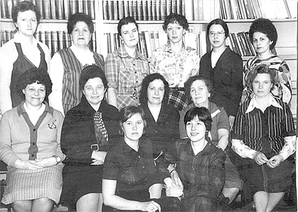 копияКоллектив библиотеки. Чижова Л.А. в нижнем ряду первая справа