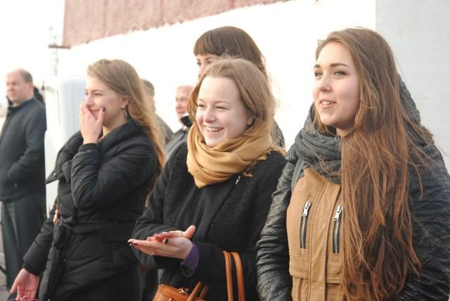 Девчонки соскучились. И решили сделать сюрприз –  не говоря ни слова, приехали встречать своих любимых курсантов  в Кронштадт