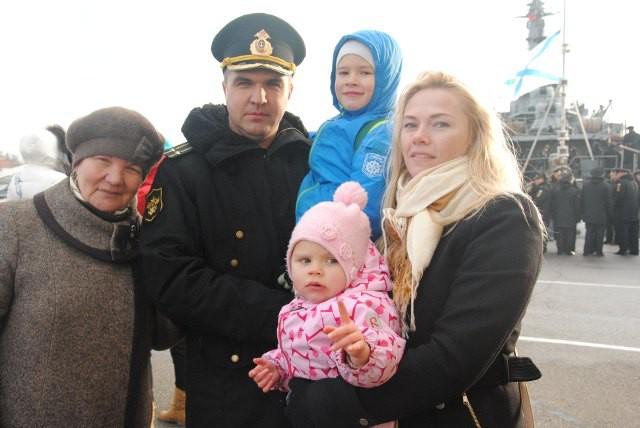 Семья старшего помощника командира корабля  Романа Овчинникова  дождалась своего моряка.  Особенно по папе тосковали дети – Даниил и Полина