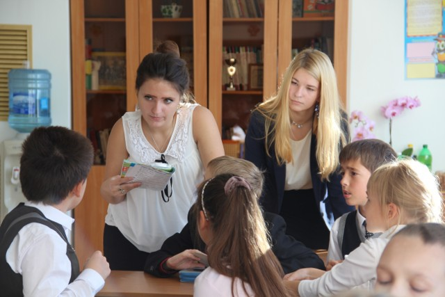 Вероника Васильева  и Кристина Ковалёва  на уроке «Окружающий мир»