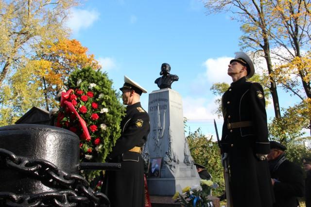 Венок к могиле выдающегося российского адмирала Григория Ивановича Бутакова