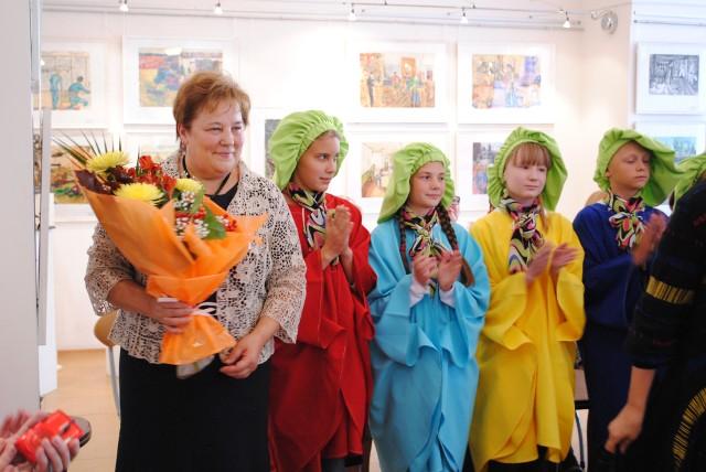 София Кувайкина с учащимися Детской художествееной школы имени М. К. Аникушина