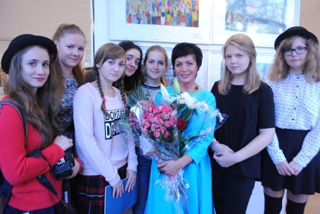 Восемь выпускниц ДХШ имени Аникушина: девочки, окончившие школу в 2014 году,  и Римма Хамитовна Ремишевская, выпускница 1983 года, ныне – директор художественной школы в Кронштадте