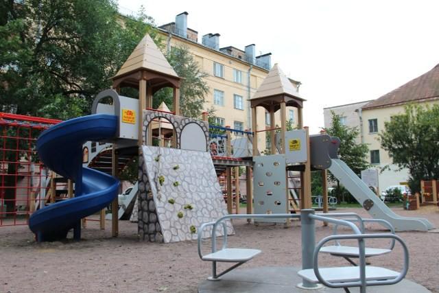 На улице Посадской, 26 детский городок похож на крепость и «населён» рыцарями