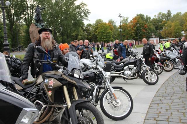 На переднем плане президент мотоклуба «Ост МС» протоиерей Вячеслав Харинов
