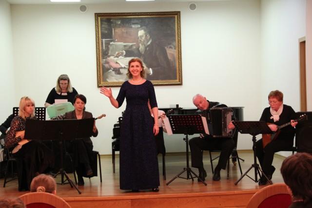 Преподаватель Галина Ершова поёт  в сопровождении ансамбля народных инструментов