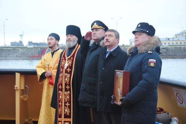 Все взгляды почётных гостей на развевающийся на ветру Андреевский флаг
