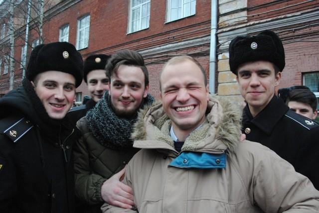 Золотой медалист 2013 года Кирилл Сергеев  (второй справа) счастлив вновь оказаться  в стенах родного корпуса и в кругу одноклассников