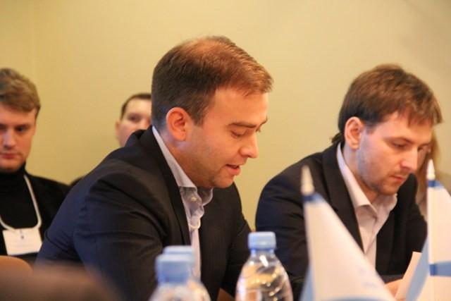 Виталий Руднев (слева)