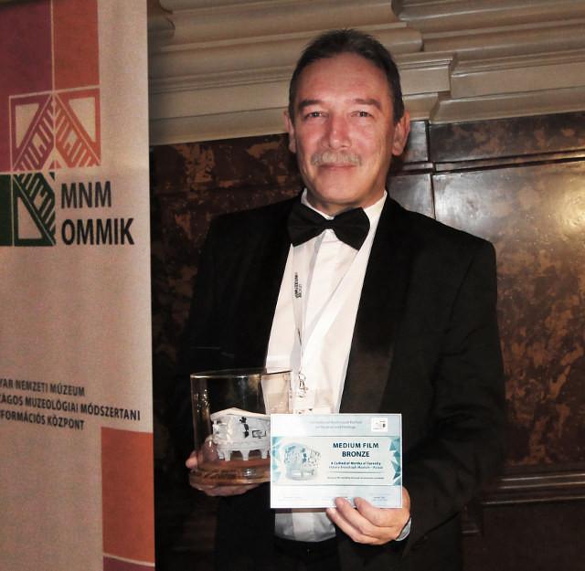 Заместитель директора по развитию  Музея истории Кронштадта  Дмитрий Анатольевич Титов с призом  Международного фестиваля